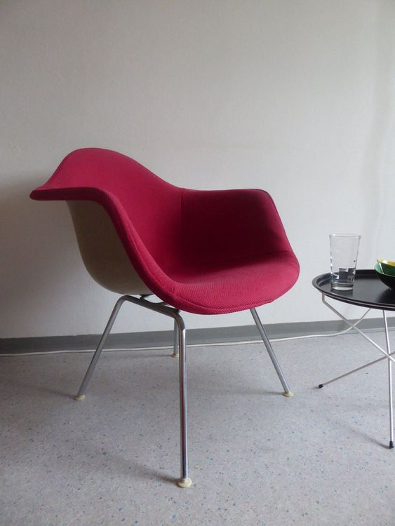 alter gepolsteter Eames Plastic Chair 1