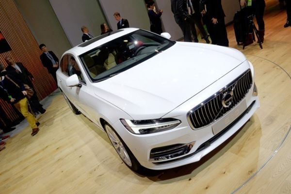 VOLVO S90 T8 AWD Twin Engine Momentum Geartronic