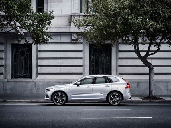 VOLVO NEW XC60 T8 AWD TWIN ENGINE Geartronic R-Design